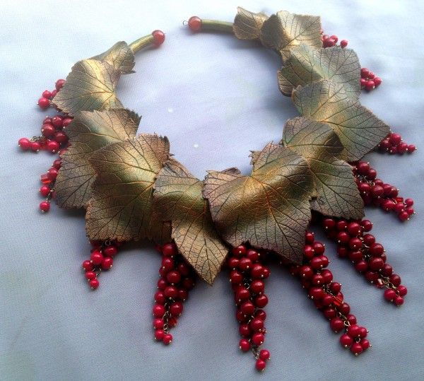 Rereshechka: necklace of polymer clay leaves and berries.