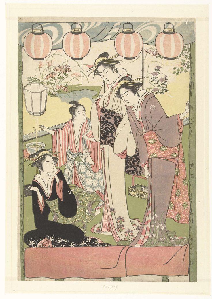 anoniem | Drie vrouwen en een jongen onder lampionnen, attributed to Kitao Masanobu, 1780 - 1785 | Door een open raam waar vier lampionnen in hangen, een gezicht op een kamer met twee vrouwen, staand, pratend met een zittende derde vrouw; op de achtergrond een jongetje, opzij wijzend.