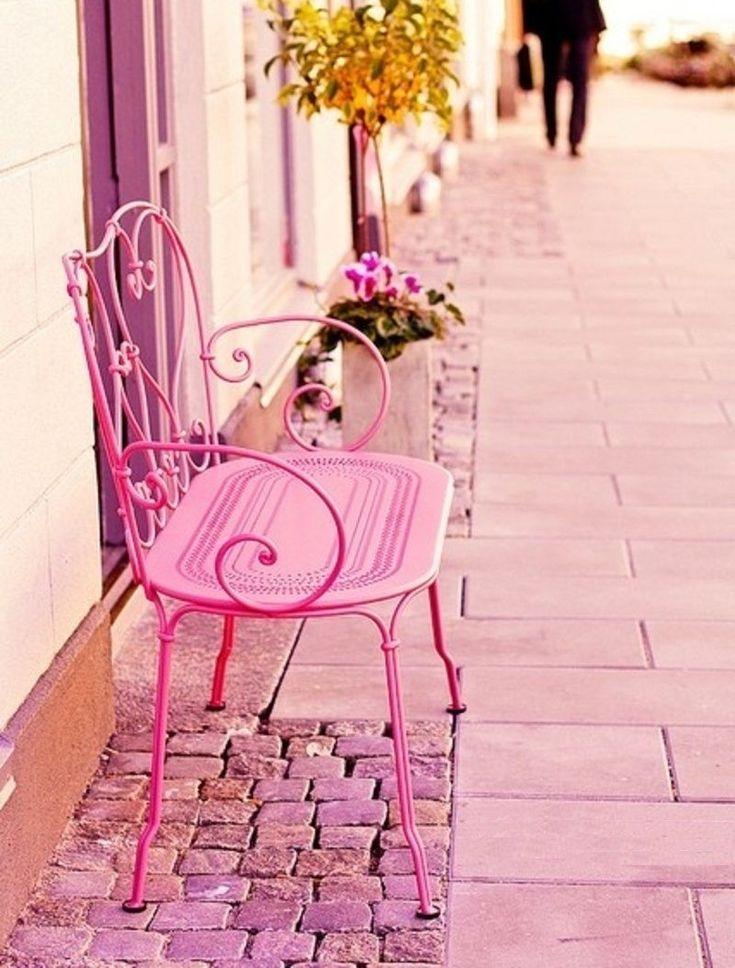 #Изделияизметалла Кованые скамейки (50 фото): нота роскоши в ландшафтной симфонии http://happymodern.ru/kovanye-skamejki-50-foto-nota-roskoshi-v-landshaftnoj-simfonii/ Нежная кованая скамейка розового цвета способна придать особый французский шик