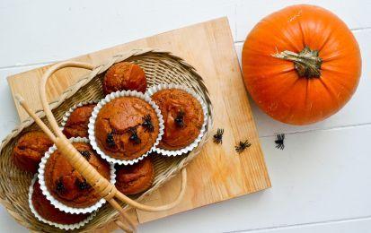 Muffin di Halloween - Arriva halloween e se avete in programma una festa mostruosa e terrificante i muffin di halloween non possono proprio mancare, sono semplici muffin al cioccolato, preparati con molto cacao in modo che vengano scuri, e poi li copriremo con una glassa arancione.