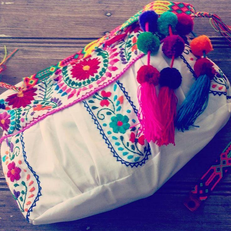 Bolsa Mexicana Artesanal tejida a mano con flores y pompones de colores de la marca Mexicana Alta Frecuencia Mexico. Mexican handwoven bag with flowers and colored pompoms beachbag, beach style sumer handbag We ship worldwide