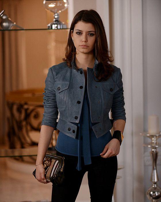 Beren Saat'in İntikam'ın 8. bölümünde giydiği mavi, kısa deri ceket ve çantası Burberry markalı.