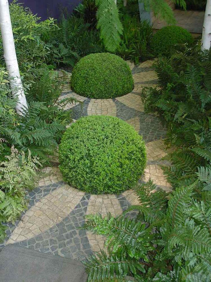 allée de jardin à la française en pierre reconstituée, buis boules et plantes exotiques