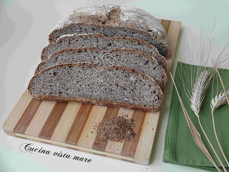 Il pane ai semi di lino è salutare, gustoso, profumato, croccante e un po' rustico: ottimo con affettati, formaggi, confetture di frutta e miele!