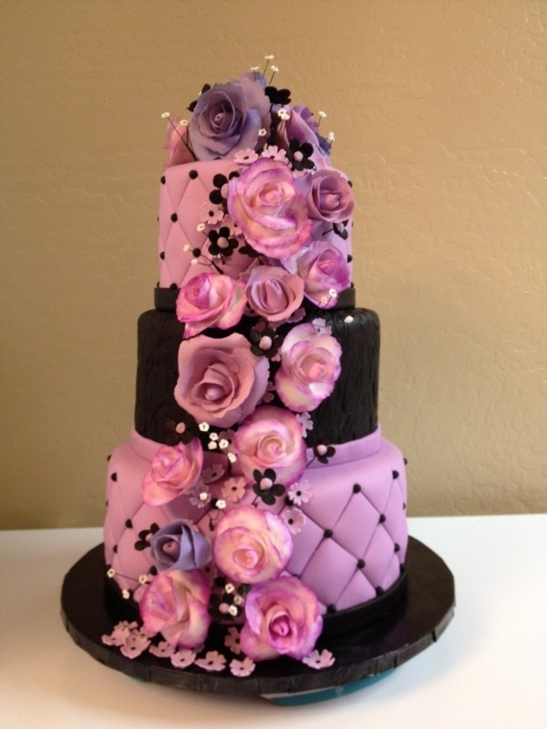 Lavender (pink?) and black wedding cake with flowers #Black #Wedding #Cake