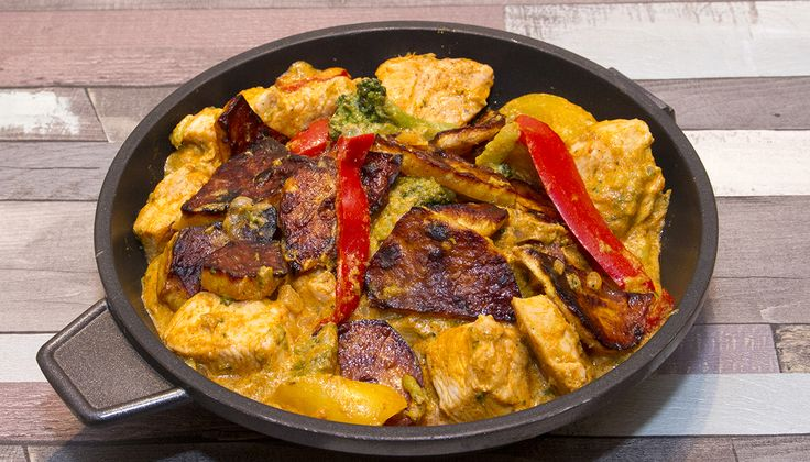 Vörös curry-s csirke édesburgonyával - Ha szereted a csípőset és a paleolit étrend is fontos számodra, akkor a vörös curry-s csirke édesburgonyával levesz majd a lábadról. Igazi ázsiai étel, ízvilágát a markáns, erőteljesen csípős vörös curry paszta és a kókusztej határozza meg. A köretek változatossága kedvéért séfünk ehhez az ételhez az édesburgonyát választotta.