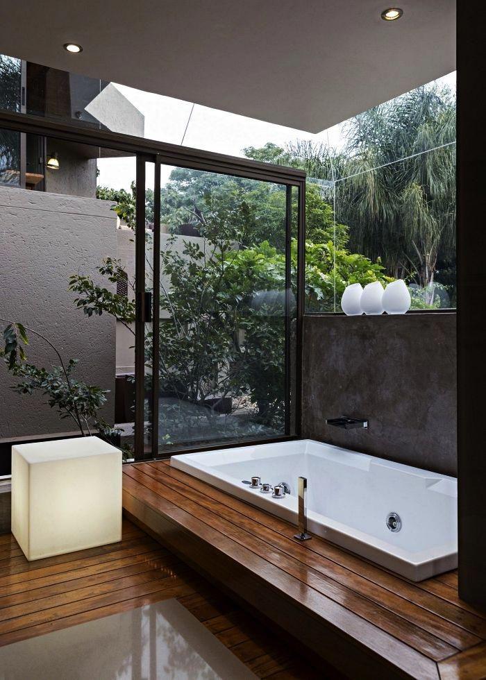 Salle De Bain Zen Avec Larges Baies Vitrees Et Baignoire Balneo Sur Un Plancher Sureleve Modele Salle De Bains In 2020 Bathroom Trends Diy Bathroom Shelf Inspiration