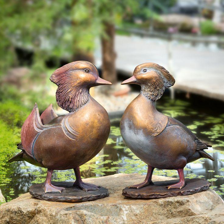 Ihr Name verweist auf ihre Herkunft: Die Mandarinente stammt aus dem fernen China, wo sie ein Symbol für die eheliche Treue ist. In ihrer angestammten Heimat ist sie heute selten geworden. Glücklicherweise gibt es sie jedoch in Europa in nennenswerter Zahl – in Zoos und Parks, aber auch als Wildbestand, der den asiatischen bereits übersteigt.  Erpel: Gerade der Erpel gilt aufgrund seines farbenprächtigen Gefieders als ausgesprochener Ziervogel.  Ente: Sie bezirzt ihren Gatten unter anderem…
