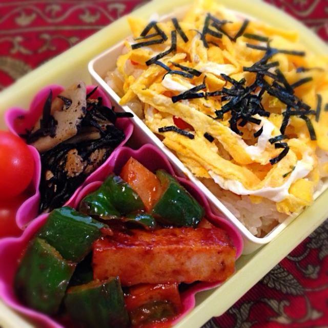 おはようございます(^-^)/ 今朝は五目ちらしの素をつかって、ちゃっちゃとちらし寿司にしてみました。錦糸卵をのせるとなかなかのお味に(≧∇≦)おかずはベビーハムとピーマンのケチャップ炒めです。 - 18件のもぐもぐ - ちらし寿司弁当 by moeyun