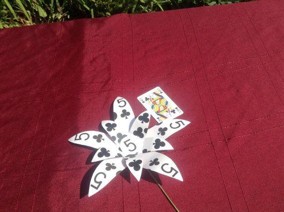 Ideal für eine Las Vegas oder Alice im Wunderland Hochzeit oder Party. Die Blume ist aus A4 Größe Spielkarten und 9 Zoll (23 Zentimeter) über den
