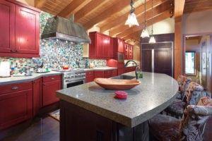 Die rote Schränke in der Kabine auf See Wentachee passen die bunten Fliesen an der Wand der Küche.
