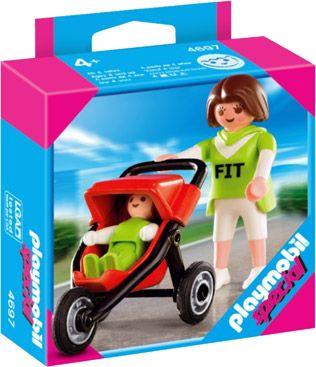 Special Plus: 4697 - Moeder met Buggy Beschrijving: Mama Elly gaat samen met haar kindje iedere dag een stukje wandelen. Merel gaat dan voorin de rode Playmobil buggy liggen. Ze gaan van huis, door het park, langs de speeltuin en dan weer terug naar huis.  Soms trekt de moeder haar groene sportkleren aan. Ze gaat dan samen met haar kindje een stukje joggen.