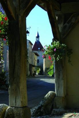 Charroux Beffroi --Vue Halle..FRANCE