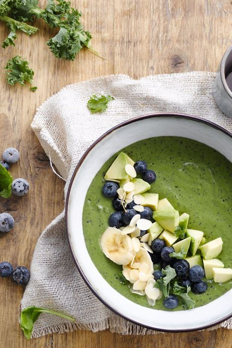 Morning y'all! Looking for inspiration for a delicious breakfast smoothie? This one is exactly what you need. Easy to make and ready in no time!   Ingredients: Alpro Plain with Almond – banana –avocado – frozen blueberries – spinach – kale. Meal of the day: breakfast – snack – smoothie. Suited for: vegetarian – lactose free – gluten free – vegan.
