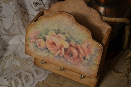 Ключница `Розы`. Старенькая, выцветшая от времени ключница с карманом для писем, газет и других полезных мелочей. Украсит Ваш дом или дачу, а также станет приятным подарком Вашим близким.  Сзади имеются два подвеса.