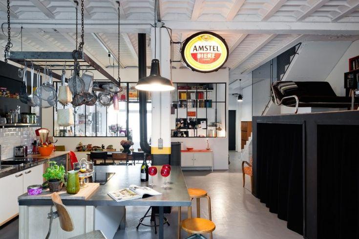 Loft met open keuken. Bekijk de volledige inrichting op: http://www.interieurdesigner.be/blog/detail/artistieke-loft-in-voormalig-hotel-bordeaux
