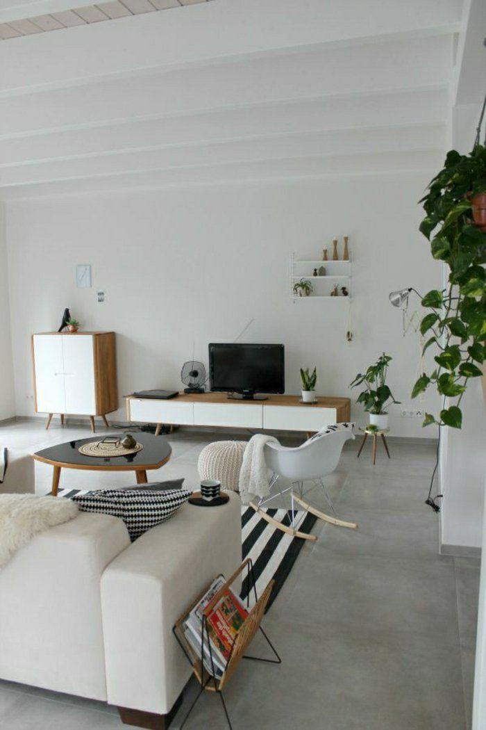 carrelage gris, chaise berçante, plafond haute en bois de couleur blanc, plante verte