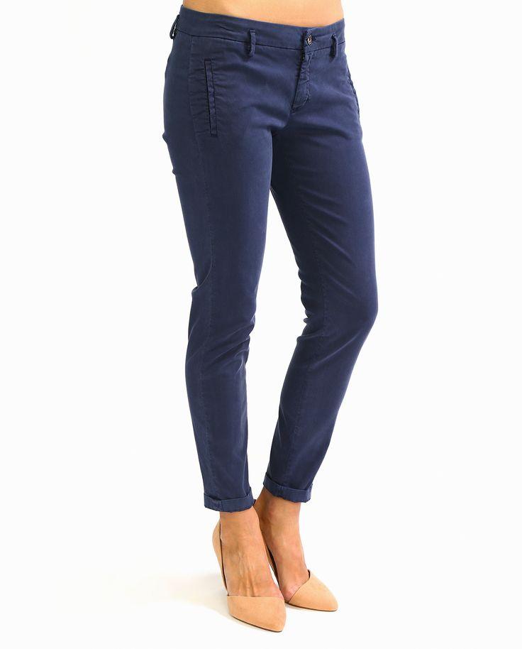 Темно-синие  #брюки-чинос из коллекции #KaosJeans. Модель выполнена из льняной ткани с добавлением хлопка. Хорошо сочетается с коротким жакетом, трикотажными топами и свободными блузками из шифона.