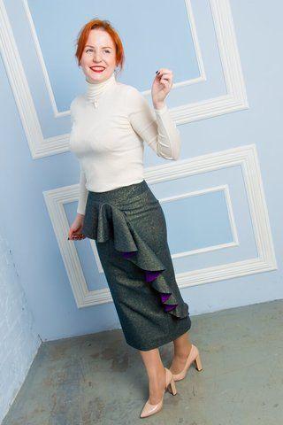Сошьём по Вашим меркам для идеальной посадки! 12 400 руб Иметь юбку макси в гардеробе теперь также обязательно как маленькое чёрное платье или юбку-карандаш. Только в гардеробе должна быть не унылая тряпочка, а такая юбка как наша! Она состоит из сплошных достоинств: шикарный шерстяной материал зеленого цвета с золотыми искорками, слегка заужена и с женственным воланом по диагонали. Наша юбка тёплая, удобная, женственная и Вам без неё не обойтись!