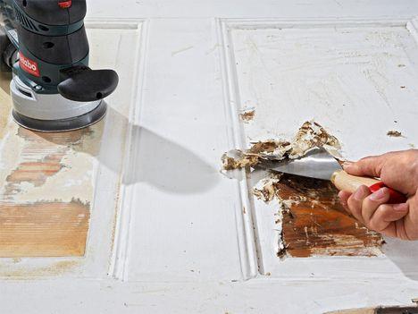 Bei jeder Renovierung von Wänden, Böden und Decken schleicht man drum herum: Die alten Fußleisten, Türen und Zargen sind zwar millimeterdick mit alten Lackschichten überzogen, aber will man die wirklich alle runterholen? Dann streicht man doch lieber zum sechsten Mal drüber, auch wenn die schmalen Profilierungen der Kassettentür danach kaum noch als solche zu erkennen sind.
