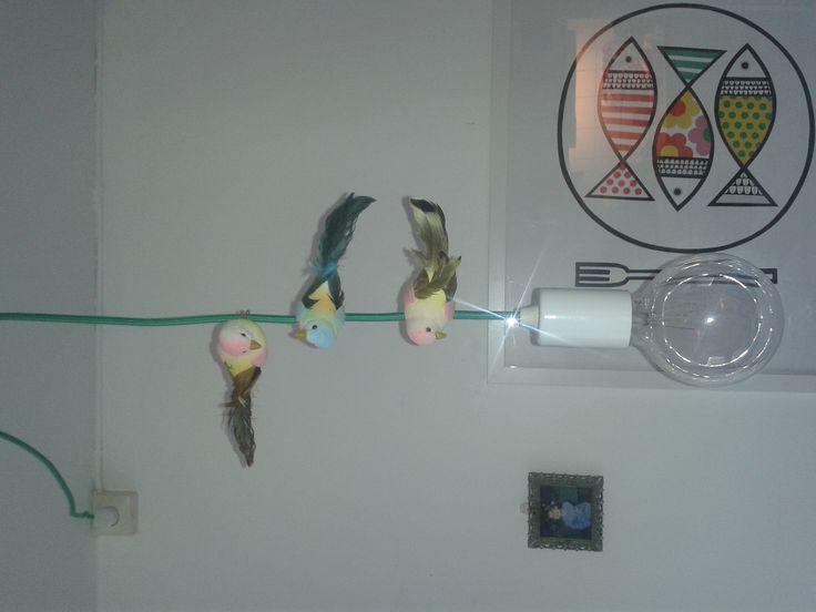 Fågelklämmor på en tygbeklädd lampsladd.