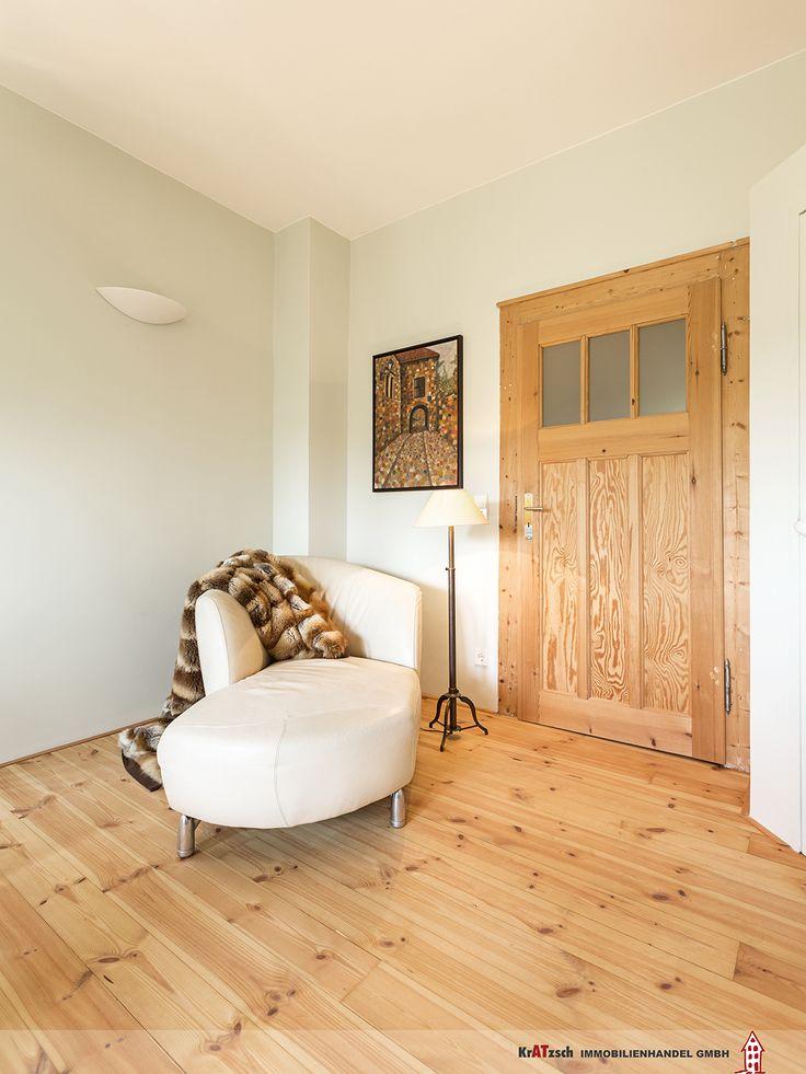 In mühevoller Handarbeit wurden die alten Holztüren von unzähligen Lackschichten befreit und anschließend geschliffen.  In Kombination mit dem aufgearbeiteten Dielenboden sind ein besonderes Highlight dieser Wohnung.