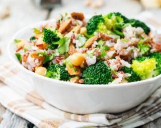 Salade de riz rassasiante au brocoli et aux amandes : http://www.fourchette-et-bikini.fr/recettes/recettes-minceur/salade-de-riz-rassasiante-au-brocoli-et-aux-amandes.html