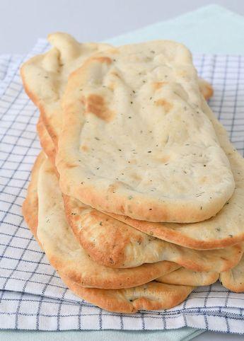 Dit zelfgemaakte naanbrood kun je serveren bij een Indiase curry, met hummus of elke andere dip die je maar lekker vind. Ze zijn heel simpel om te maken.