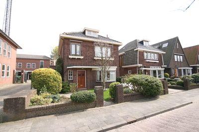 Goed onderhouden vrijstaande woning met garage op 353 m² eigen grond gelegen aan de mooie Koninginneweg.  Indeling:    Begane grond:  Vestibule, hal, toilet, woonkamer ensuite met erker, in totaal ca. 10.00 x 4.40 met in de voor- en achterkamer een authentieke marmeren schouw en is voorzien van spanplafonds.  Dichte woonkeuken van 4.74 x 2.36 met een hoekkeuken met afzuigkap, keramische kookplaat, oven, koelkast en waterfilter, toegang naar een ruime provisiekelder Voorts is er een…