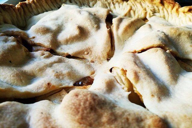 L'Apple pie è la famosissima torta di mele americana, dolce simbolo degli Stati Uniti e famosa in tutto il mondo per il suo profumo e la sua golosità, specialmente se servita calda con del gelato alla vaniglia.