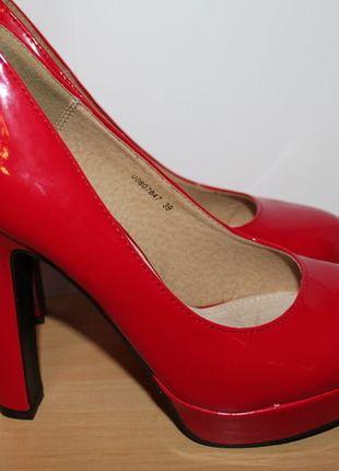 Polecam czerwone buty na grubym obcasie w rozmiarze 39, NOWE #vintedpl http://www.vinted.pl/damskie-obuwie/na-wysokim-obcasie/10977038-czerwone-buty-na-grubym-obcasie-39