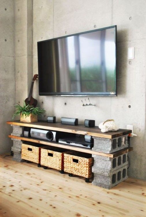 Mueble de centro de entretenimiento hecho con bases de bloques de cemento y tablas de madera