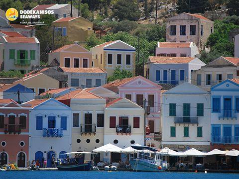 Το λιμάνι στο Καστελόριζο, χτισμένο σύμφωνα με τις αρχές της κλασικής αρχιτεκτονικής των Δωδεκανήσων, θυμίζει πολύχρωμο αμφιθέατρο όπου τα σπίτια, σαν άλλοι θεατές, αγναντεύουν τη θάλασσα περιμένοντας τους επισκέπτες… Kastelorizo's little harbour, built with the principles of Dodecanese architecture, is like a technicolor amphitheater where the houses are the viewers and the sea is the stage where us, visitors, are constantly awaited.