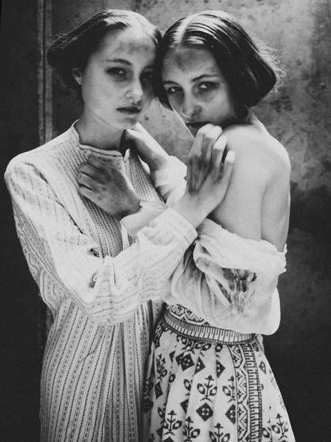 Diane Arbus. L'espressione delle donne e le mani dell'una addosso al corpo dell'altra, la vicinanza delle donne e il fotogramma pieno, la luce