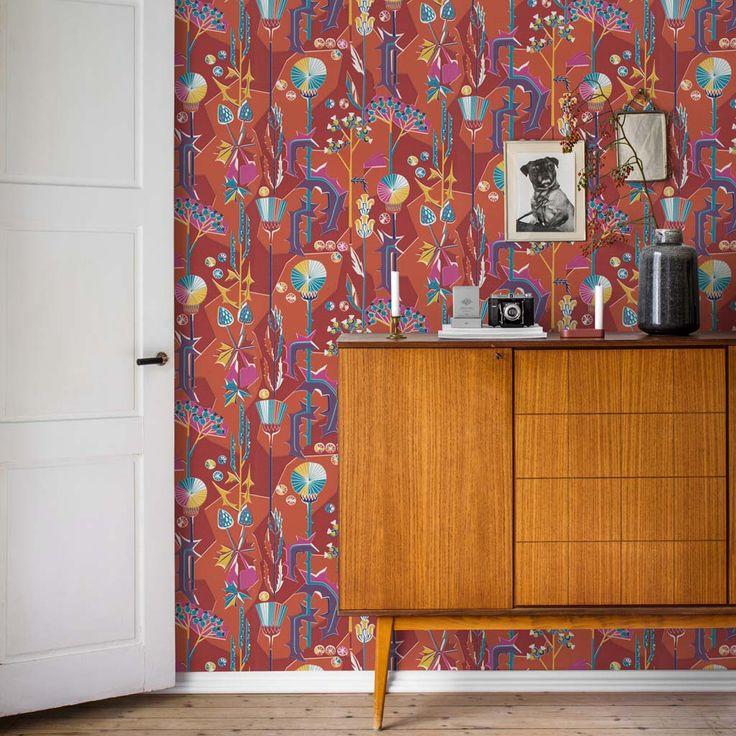 En tapet med ett färgstarkt och kraftfullt uttryck som sätter prägel på rummet. Mönstrets skarpa linjer mjukas upp och gör mönstret levande med limtryckets teknik. Den här röda varianten är originalfärger och finns även som textil.
