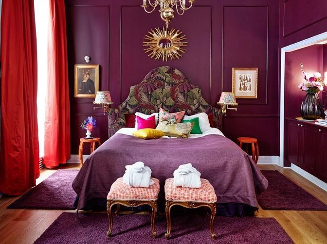 Mikado suiten, pusset opp i Årets Farge 2013. Soverommet er pusset opp i eklektisk stil, med en utfordrende og spennende fargepalett. Mens veggene er malt i fargen Purpur FR1309, gardinene har en sterk og saturert korallfarge, Sateen 6034284, Casamance, Green Apple / Fargerike.