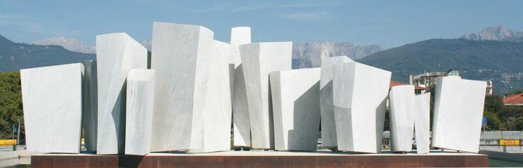 Bad Kissingen Square in Marina di Carrara : a tribute to the sculptor Pino Castagna
