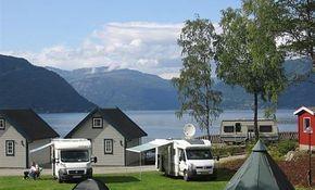 Kinsarvik Camping is een heerlijke familiecamping met veel plaatsen die direct een prachtig zicht hebben op het Hardangerfjord. Dit geldt ook voor de diverse hytter op het terrein. Er zijn standaard hytter beschikbaar maar ook luxe hytter met sauna, douche en toilet, vaatwasser, oven en flatscreen tv. Zowel het centrum van Kinsarvik als het Hardangertun Familypark liggen op loopafstand van de camping. Op de camping (speeltuin met 70 m2 groot luchtkussen) en in de naaste omgeving (diverse…