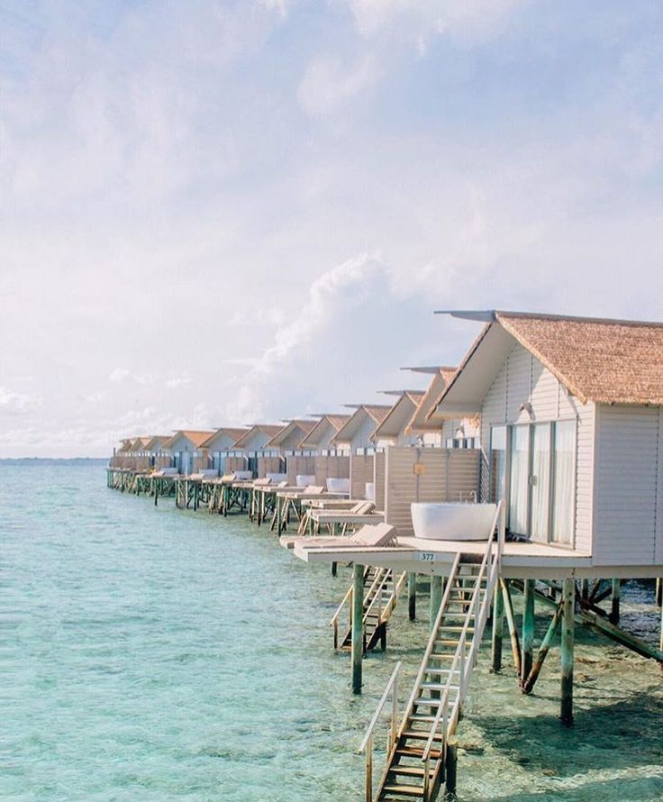 We are dying to go to the Maldives - just look at how cute these water bungalows are! Anyone else trying to squeeze in a last minute summer vaycay? #everydayibt by @thebeachcomber (Photo by @quinn.luu)