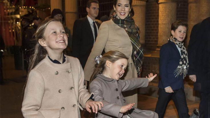 Genoplev de søde børn, de flotte kjoler, de farverige fester og alt det andet, der gjorde 2016 uforglemmeligt. Velkommen til Året i kongehuset.