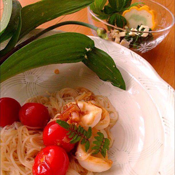 #japanese food #noodle #breakfast 行者ニンニクとタコとトマトの素麺パスタ。 シドケとチーズの和え物。