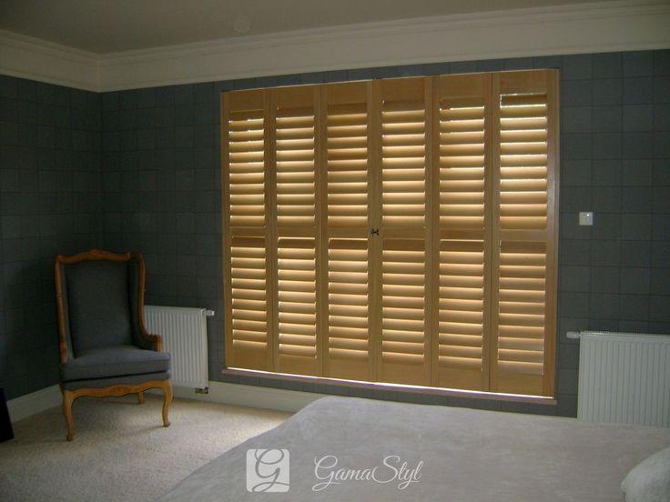 Drewniany shutters w sypialni z szerokimi lamelami 89 mm, system Silent View (bez patyczka) Shutters, shuttersy, okiennice wewnętrzne | GAMA STYL