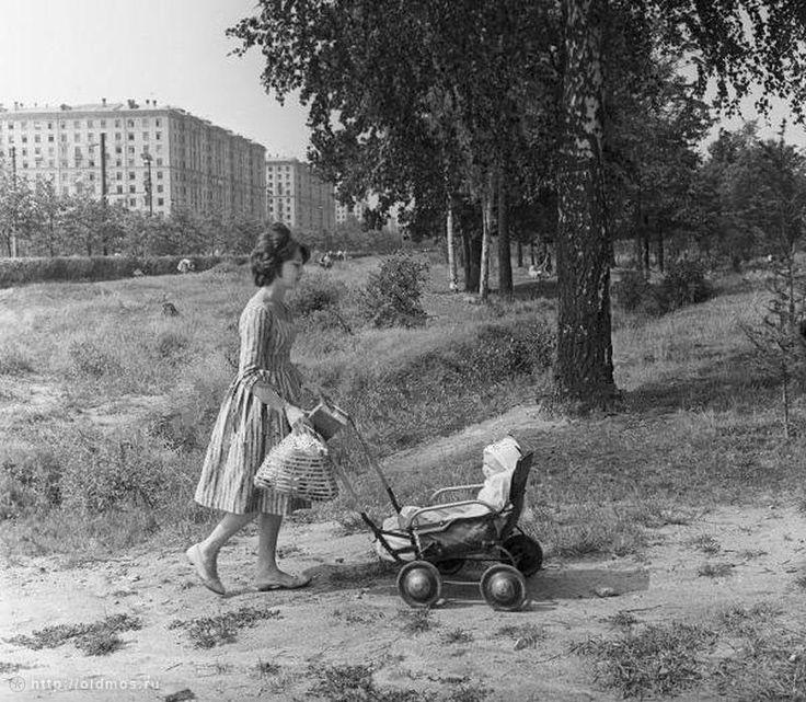 Очень модная молодая мама! И платье и прическа все стильно. Izmailovsky Park, 1963.