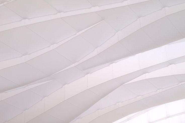 L'architecte Matt Flynn a conçu un plafond fluide rétroéclairé dans une véranda. Détails d'un projet de luminothérapie géant aunord-ouest de Chicago.
