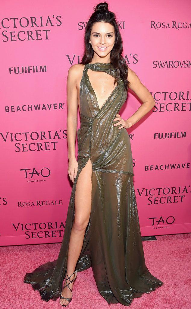 Un ange le temps d'un instant de Fashion Police  Toujours euphorique de son premier défilé Victoria's Secret, Kendall Jenner est radieuse sur le tapis rouge dans une robe effet film faite sur mesure d'Atelier Versace qui dévoile ses longues jambes et son corps de top-modèle !                                                                                                                                                                                 Plus