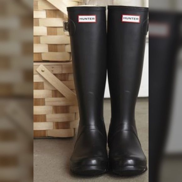 Gently used black hunter rain boots. Black rain boots, women's size 8, comfortable and chic Hunter Boots Shoes Winter & Rain Boots