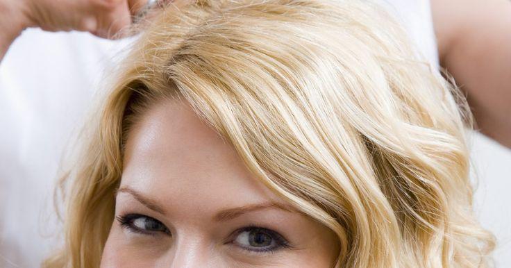 Peinados para suavizar los rasgos. La forma de tu corte de pelo y la manera en que cae alrededor de tu cara puede destacar y jugar con rasgos específicos. Destacar lo mejor de ti con la ayuda del corte de pelo adecuado es esencial para complementar tus facciones. Ve con tu estilista para ayudar a crear un estilo suave con el corte de pelo adecuado.