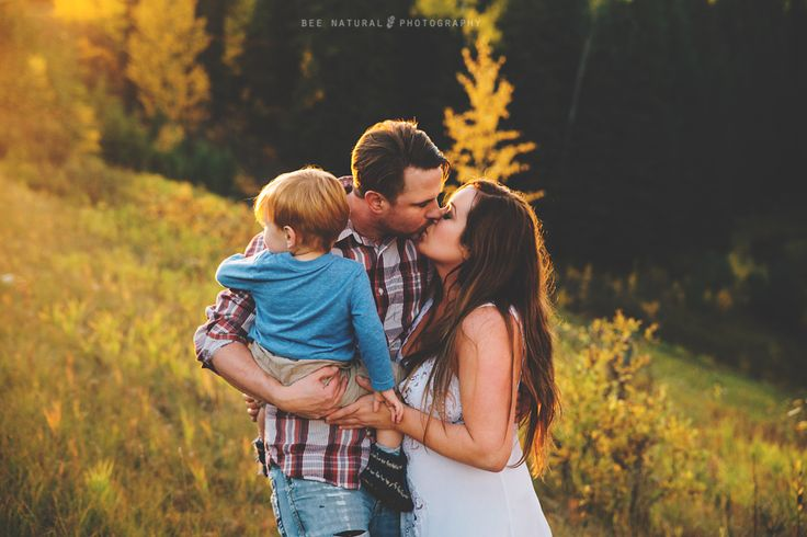 Family portrait, Family photography , Natural light photography, outdoor family session, Golden-hour, Stony Plain photographer, Bee Natural Photography.