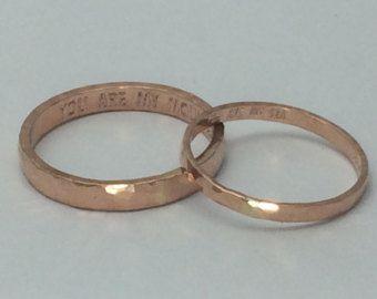 14kt solid rose gouden trouwring ingesteld zijn en haar, stevige gouden banden, hammer roos gouden ringen door TheLoveKnotShop