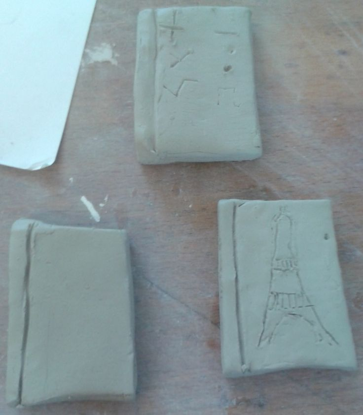 Dit zijn de boeken die op het hoofd moeten komen. Rechtsonder Frans (de Eiffeltoren), boven wiskunde ( wiskundige tekens) en linksonder ben ik nog niet over uit
